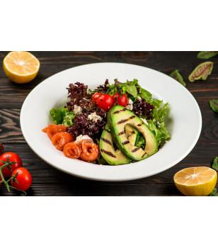 Салат з лососем і печеним авокадо